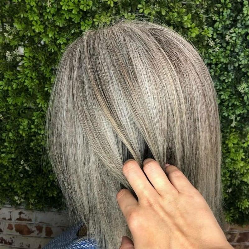 graue Haare mit Strähnchen aufpeppen Anleitung