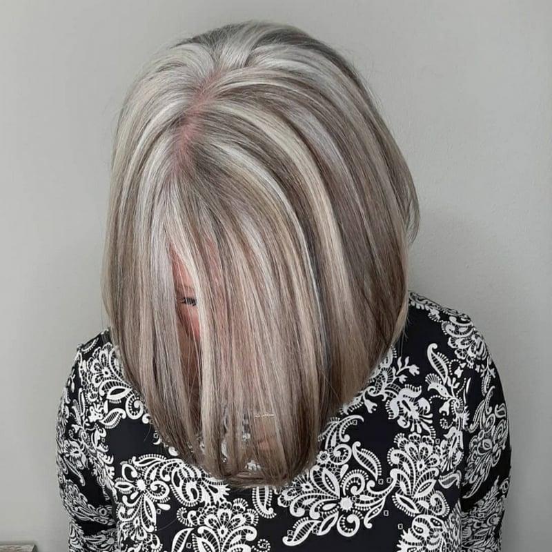 Graue Haare mit Strähnchen aufpeppen Bob Frisur sehr stilvoll