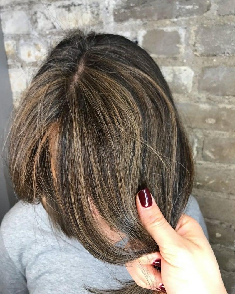 graues Haar mit Strähnchen versehen