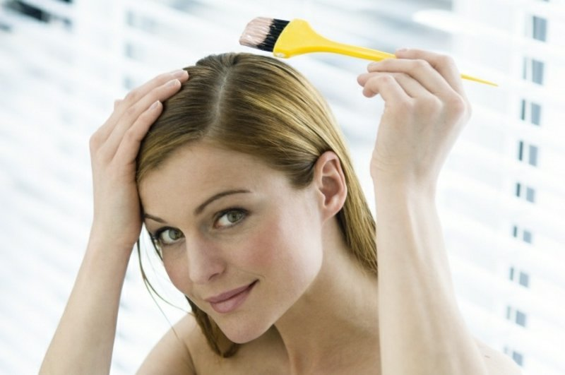 Haarmaske auftragen mit Pinsel