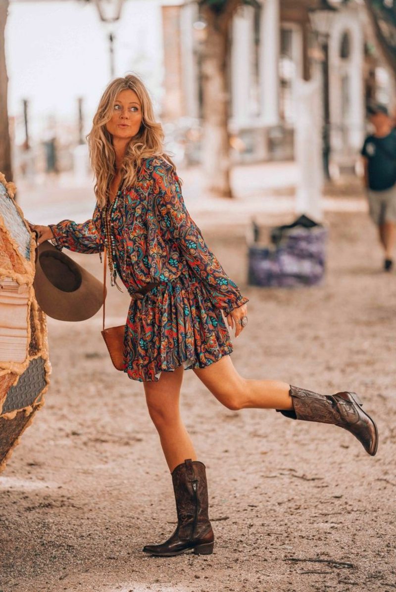 Hippie Chic Kleid bunt mit Lederstiefeln