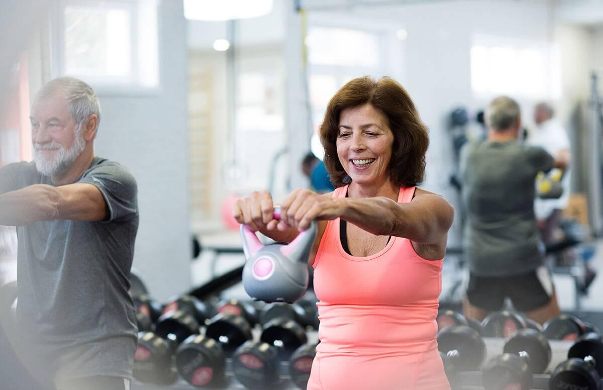 Bauch weg Übungen ab 50 mit Kurzhantel