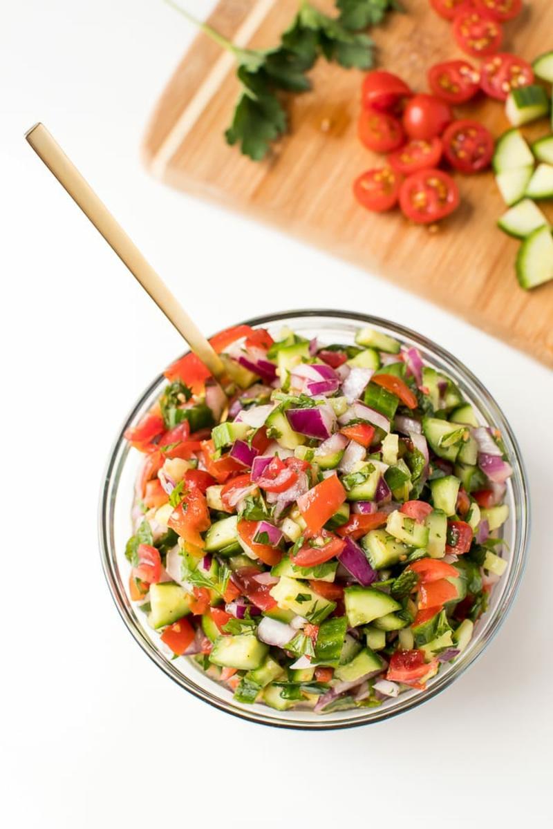 einfaches Essen für heiße Tage israelischer Salat