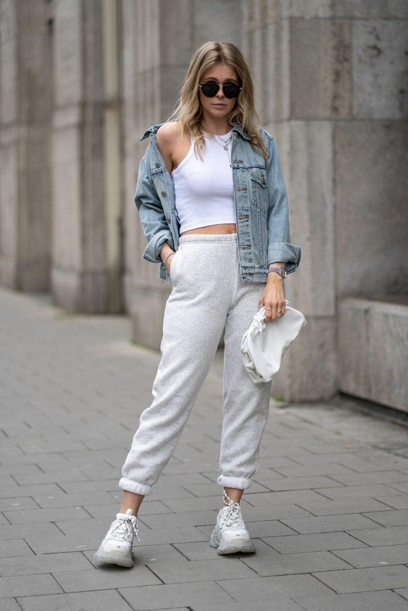 Jogginghose mit Jeansjacke tragen