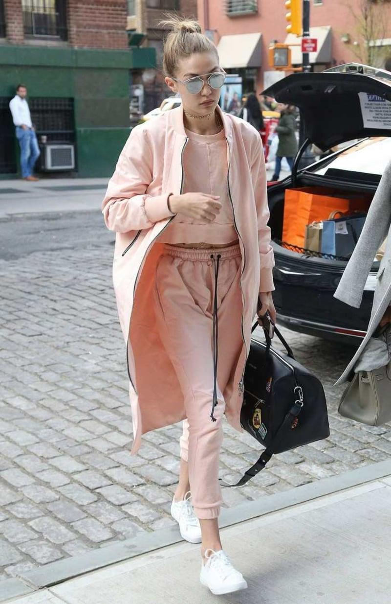 Jogginghose Outfit in Rosa Gigi Hadid