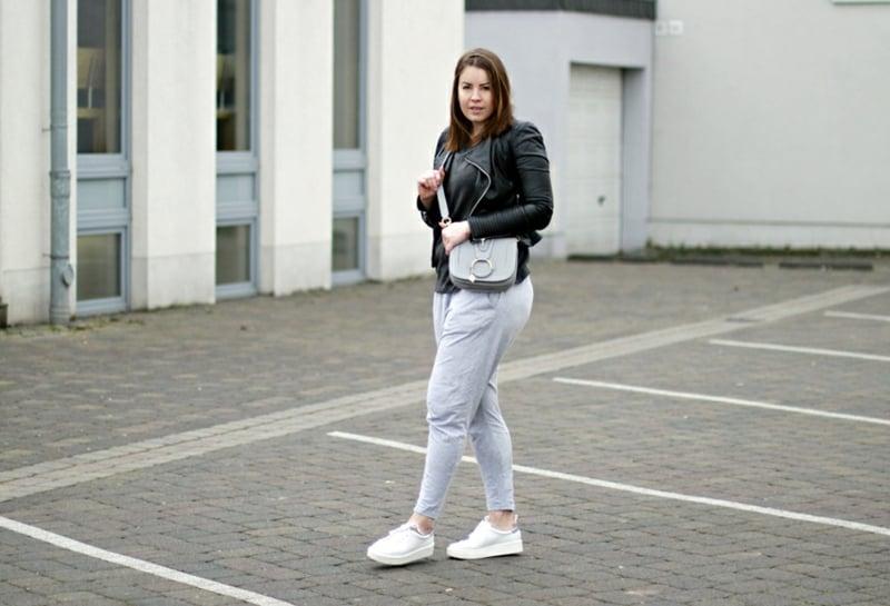 Jogginghose Outfit mit Sneakers und schwarze Jacke