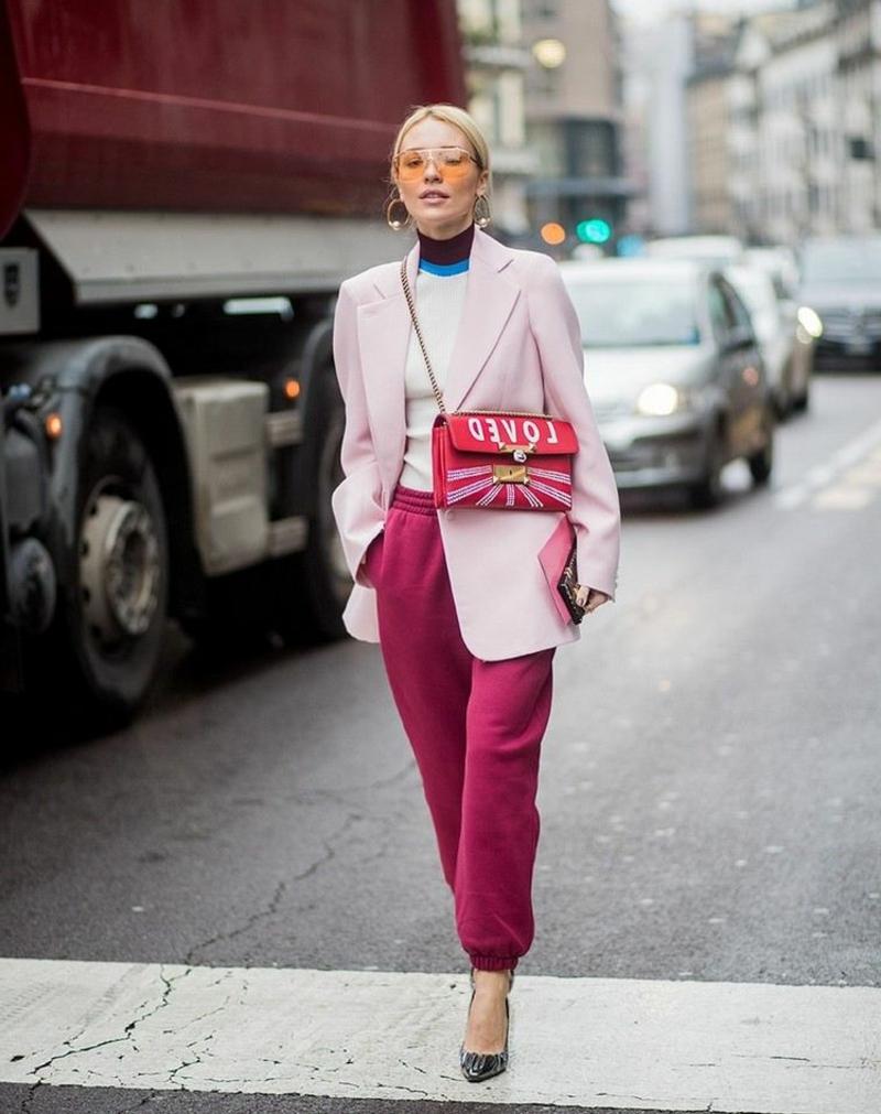 rote Joggers mit rosa Blazer