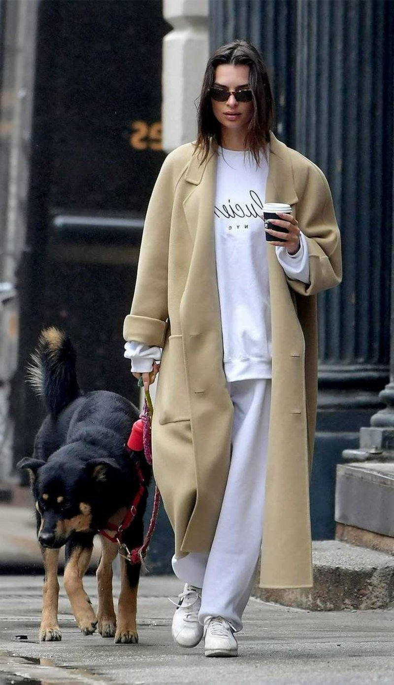 Jogginghose Outfit mit braunem Trenchcoat herrlicher Look