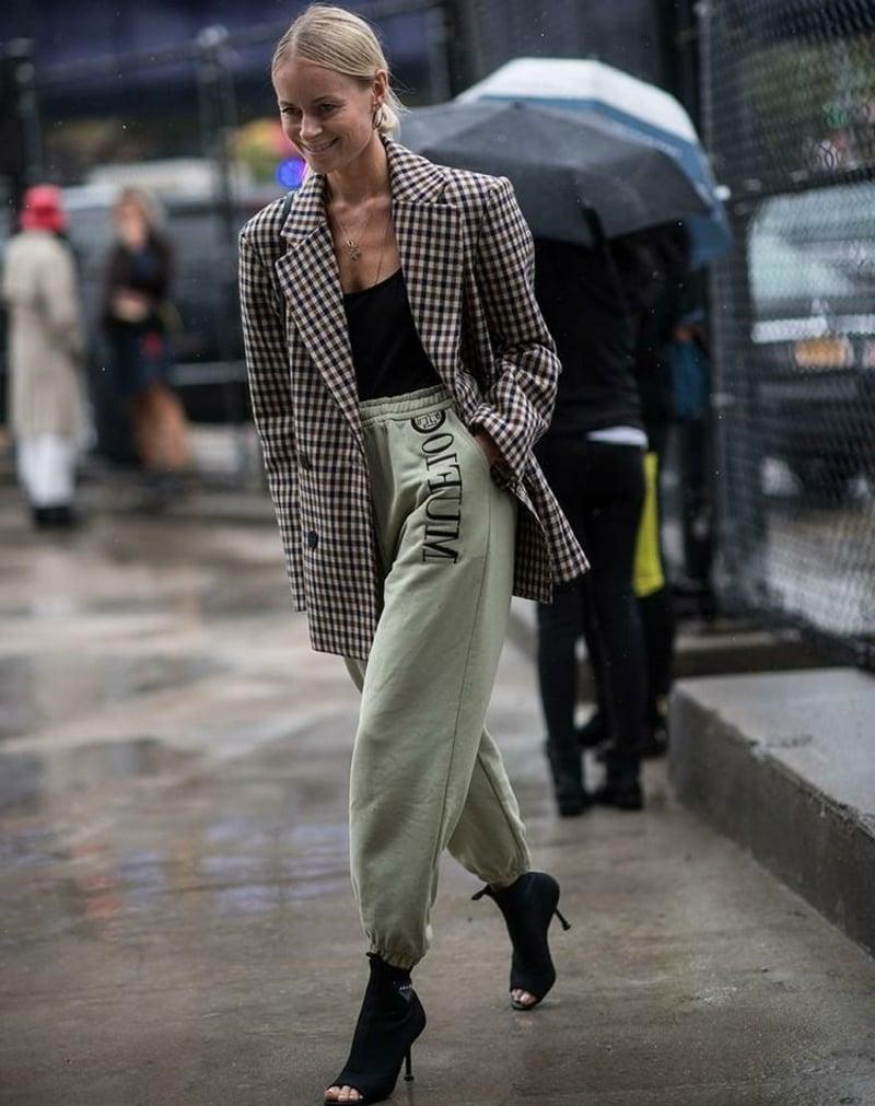 Jogginghose Outfit mit Blazer und hohen Schuhen elegant