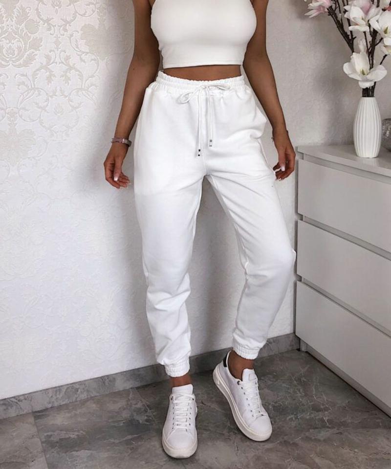 weiße Joggers tragen Outfit monochrom