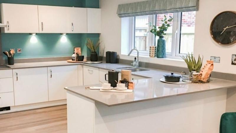 offene Küche weiße Möbel Wandfarbe Dunkelgrün