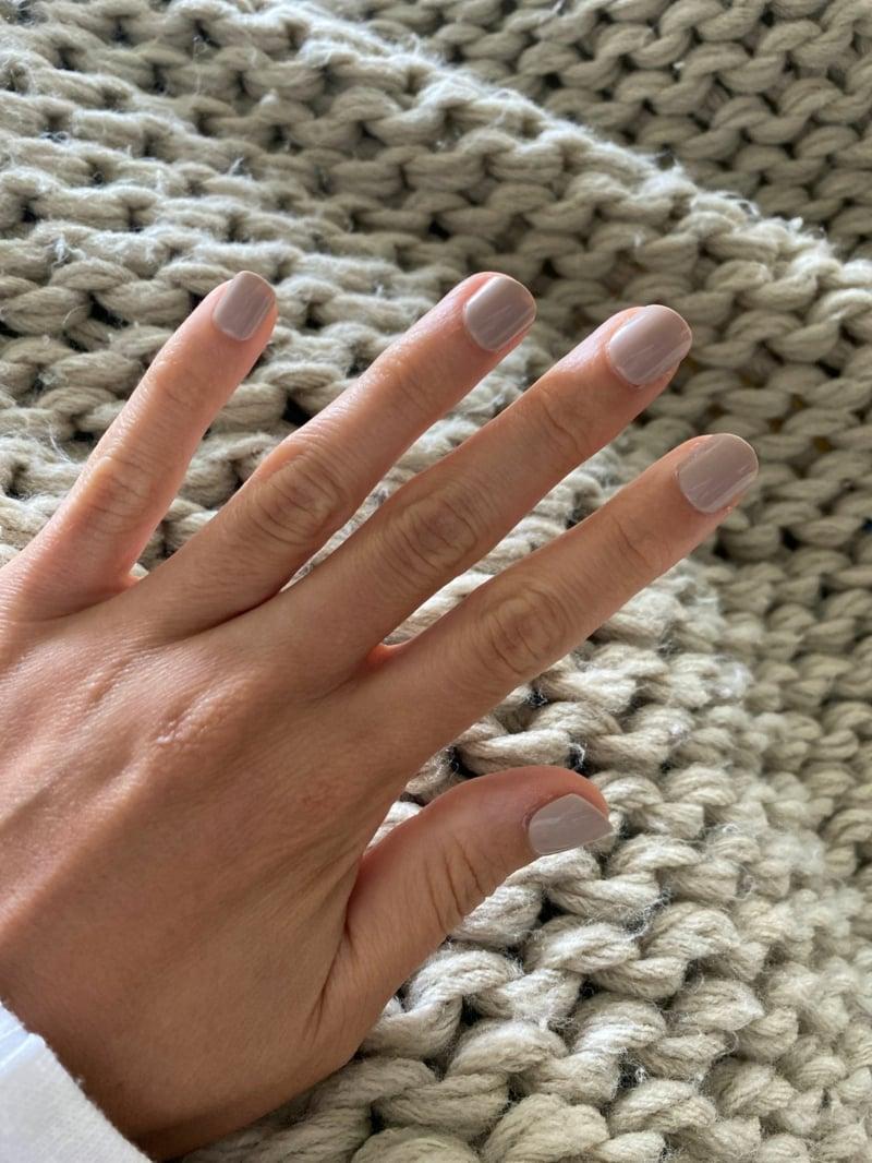 kurze Fingernägel Pastellgrau