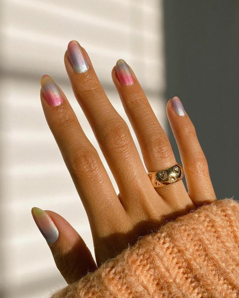 Pastellnägel mit Farbverlauf Metallic-Effekt