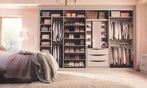 Regale, Stangen oder Schubladen - was funktioniert am besten in einem Kleiderschrank?