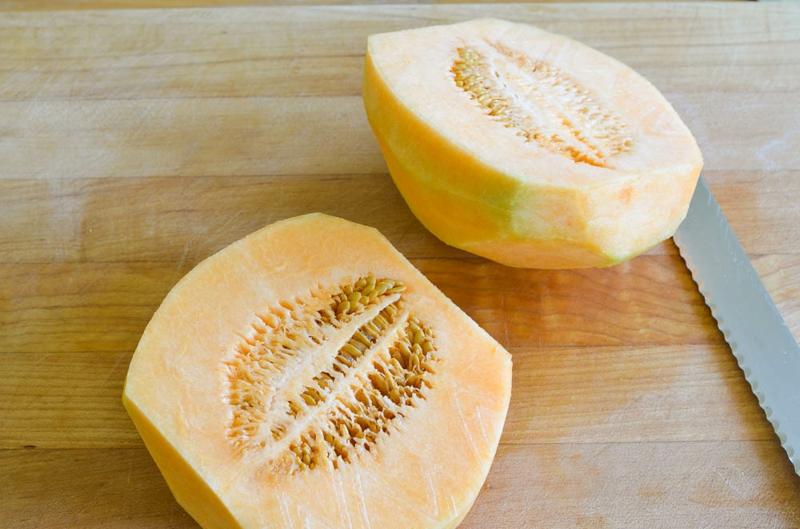 die Samen der Melone entfernen