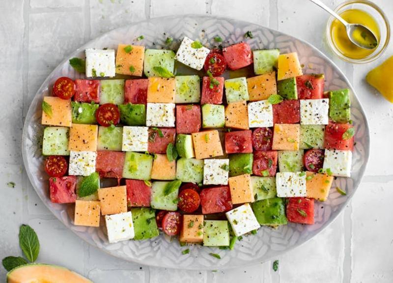 leckere Platte mit Käse und Früchten