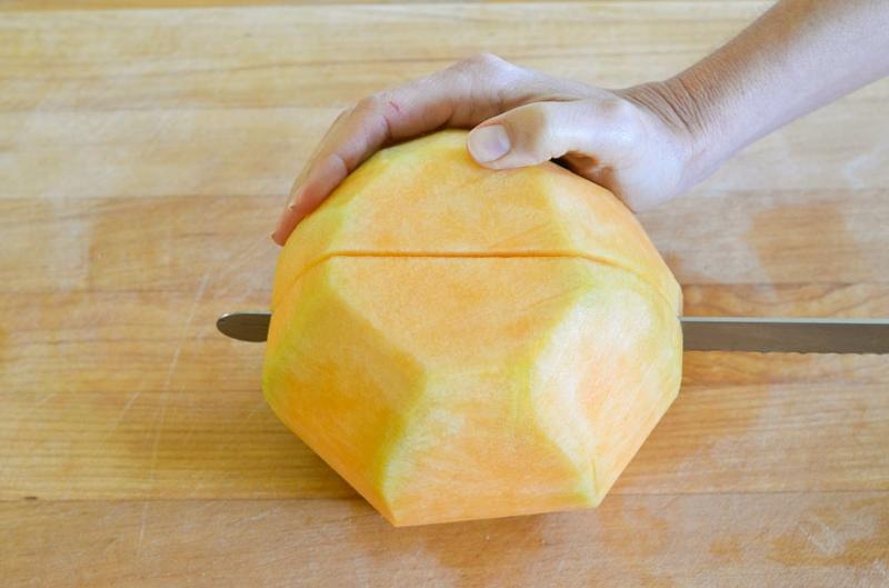 Melone schneiden in Hälften