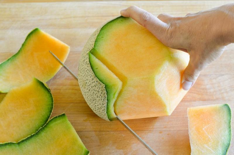 Melone schneiden die Schale entfernen