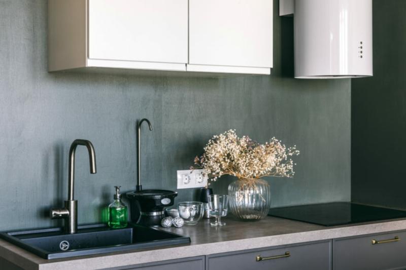 minimalstische Küche dunkle Wandfarbe