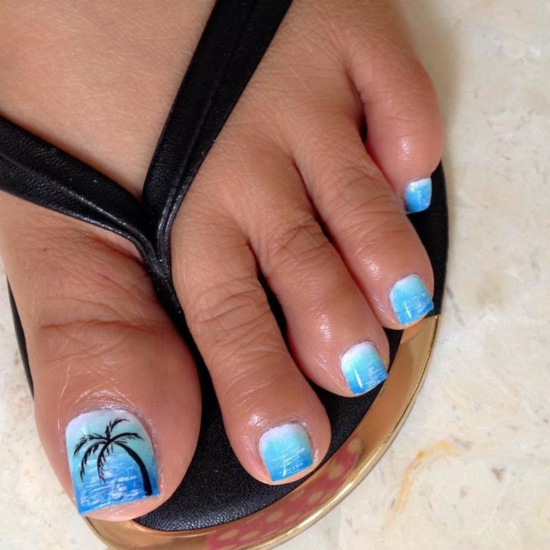 Nageldesign weiß blau Palmenmuster