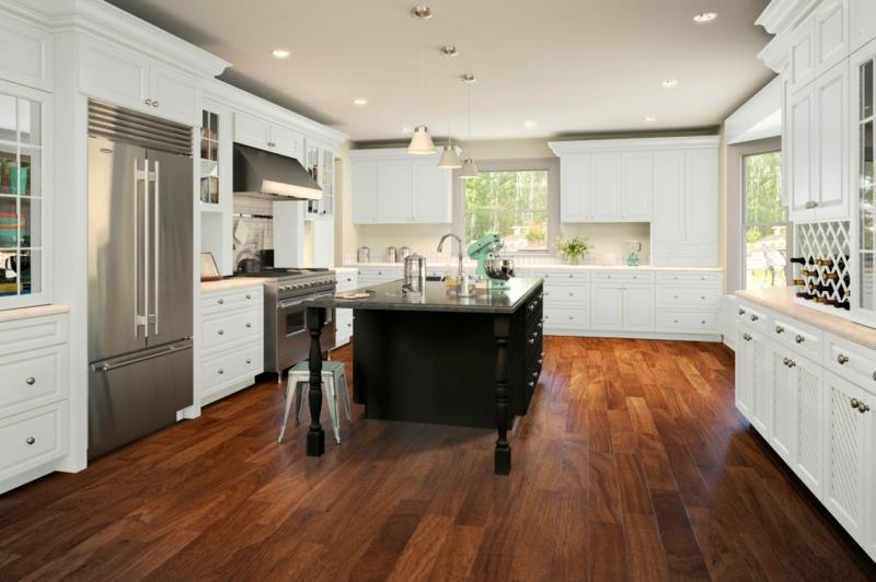 offene Küche mit Parkettboden weiße Möbel