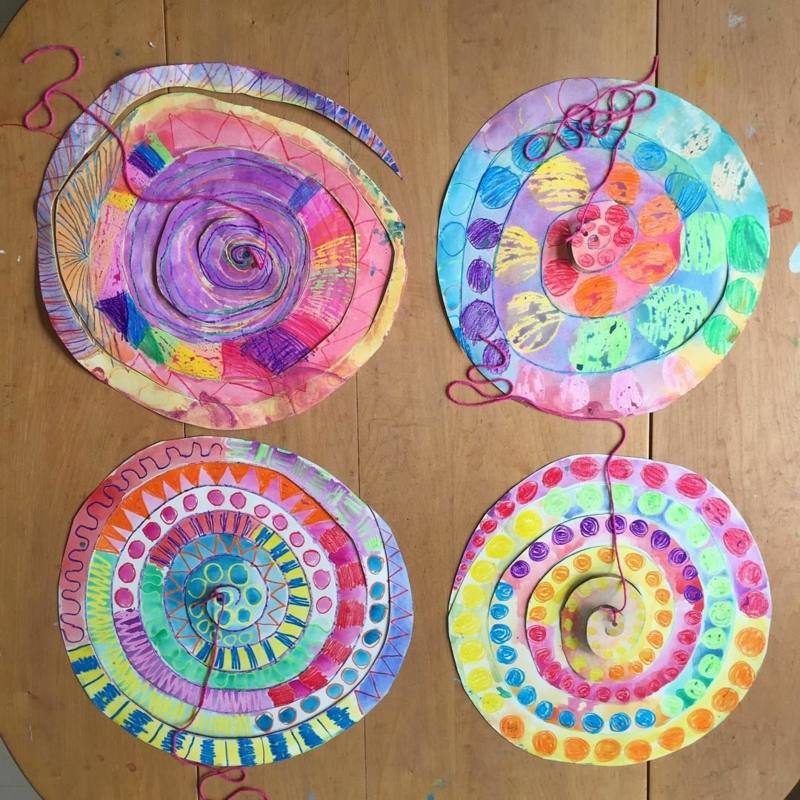 Spiralen aus Pappteller bunt bemalen toller Look