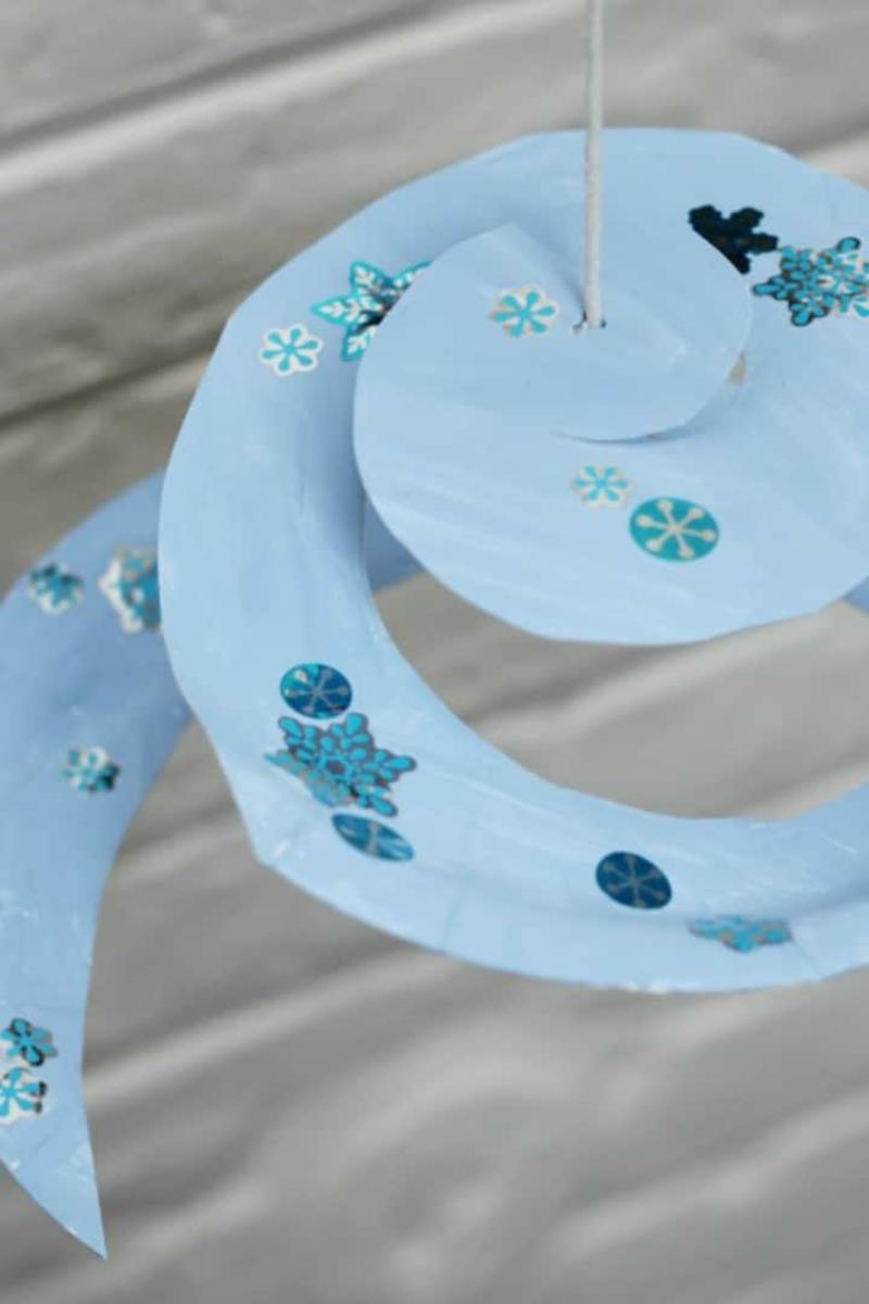 Spiralen aus Pappteller Schneeflocken