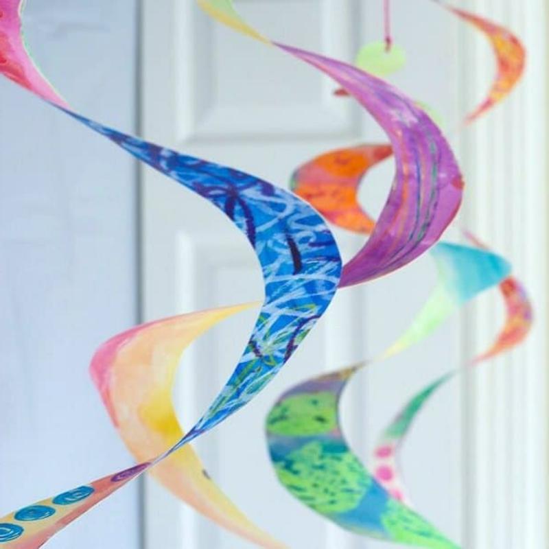 Spiralen aus Pappteller Deko für das Kinderzimmer