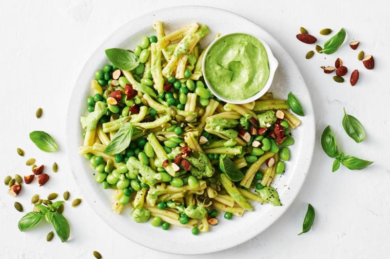 Pasta mit Erbsen und Avocado-Dip