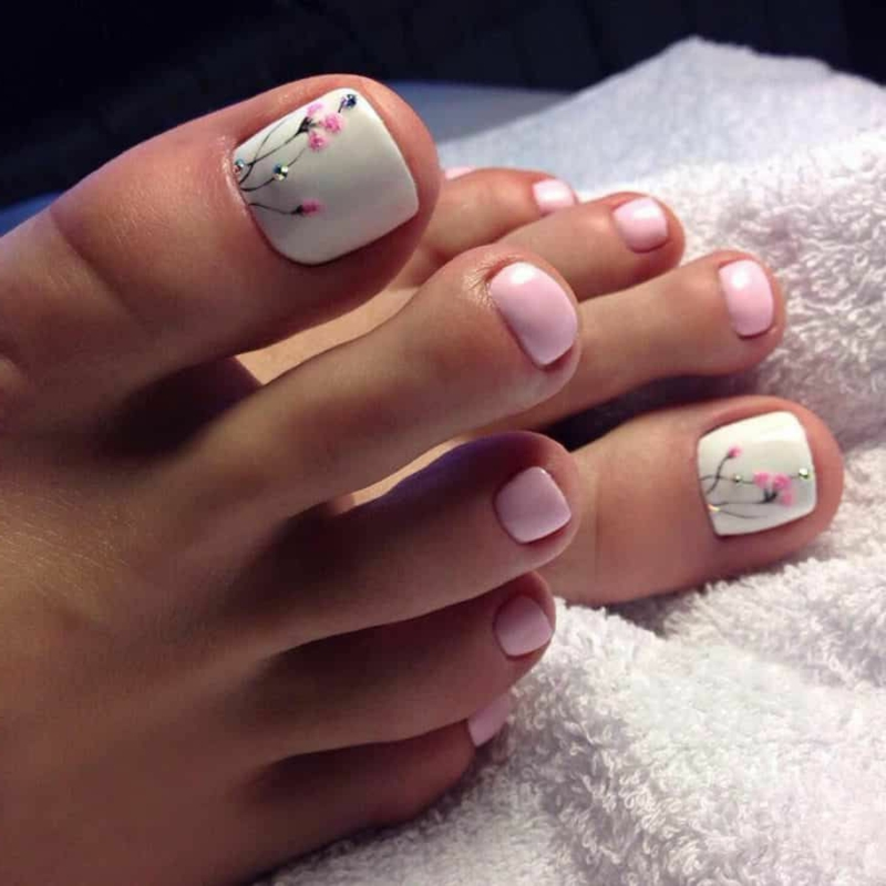 Fußnageldesign rosa weiß Blumen