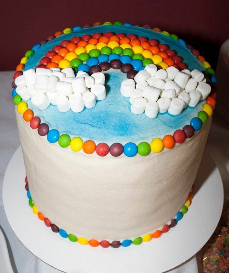 Torte Regenbogen Marshmallows und Schokolinsen
