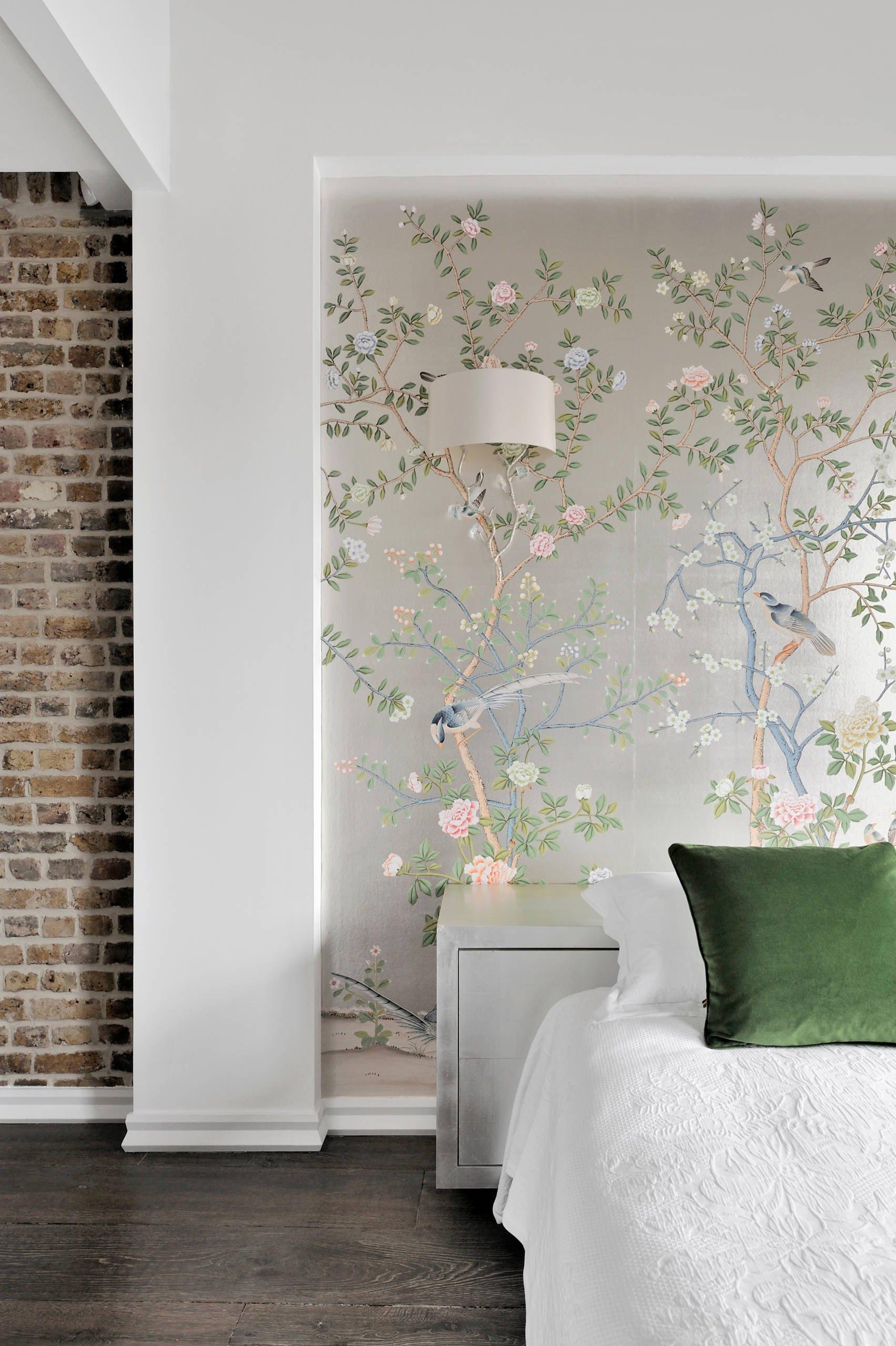 Die Wand hinter dem Bett tapezieren