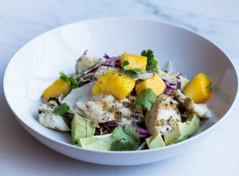 einfaches Essen für heiße Tage saftiger Salat mit Mango