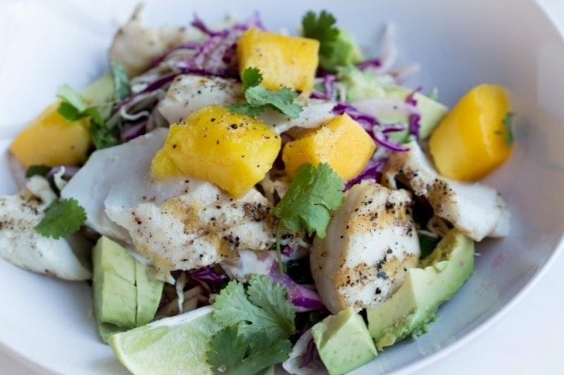 Salat mit Avocado, Mango und Hähnchen