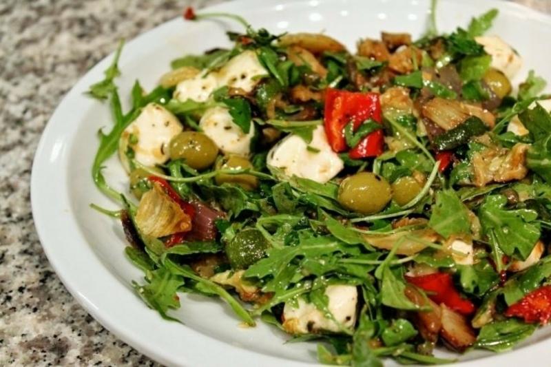 leckerer Salat mit Kresse, Oliven und Mozzarella