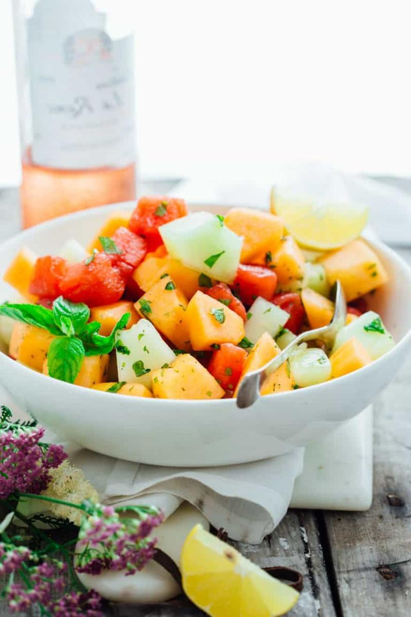 Salat mit Früchten und frischer Minze