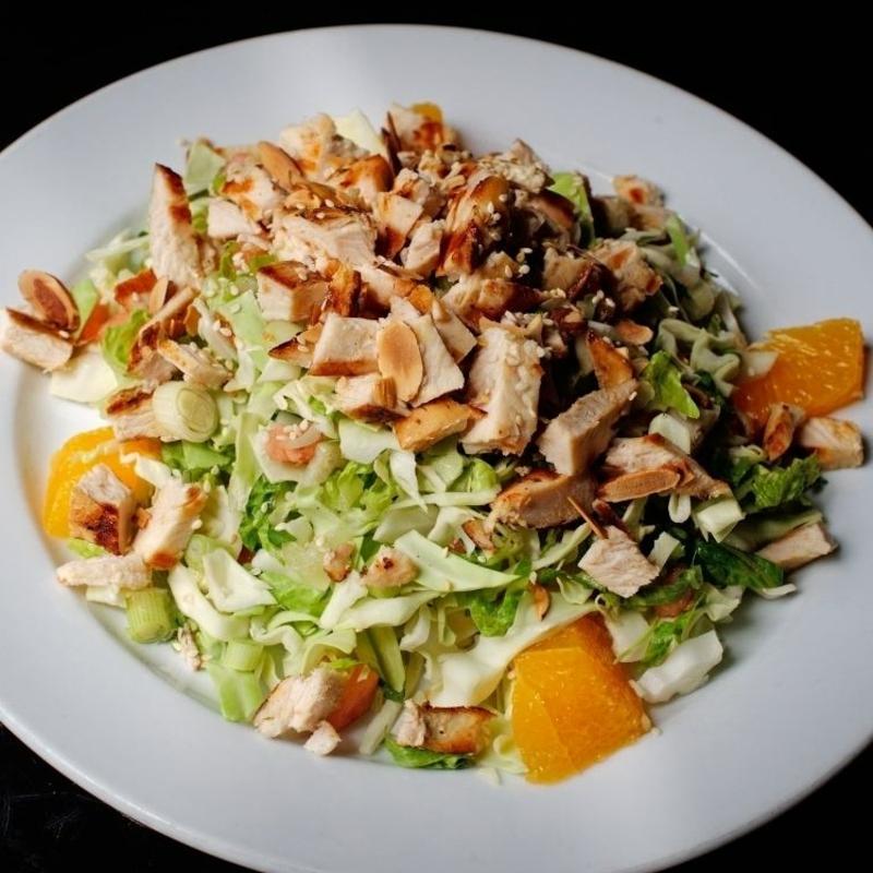einfaches Essen für heiße Tage Salat mit Hähnchen
