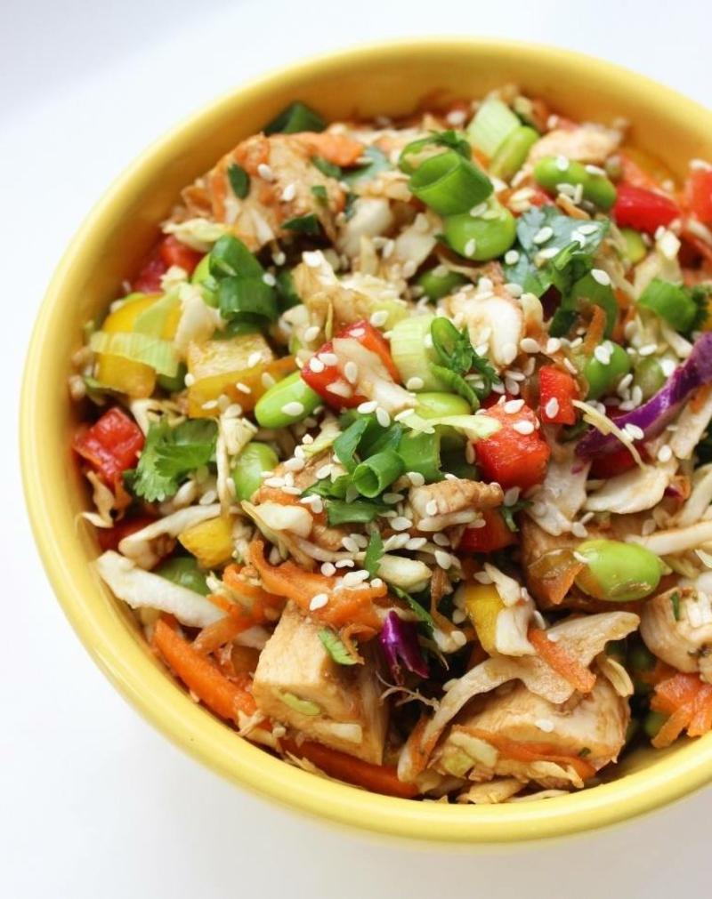 einfaches Essen für heiße Tage Salat mit Geflügel und frisches Gemüse