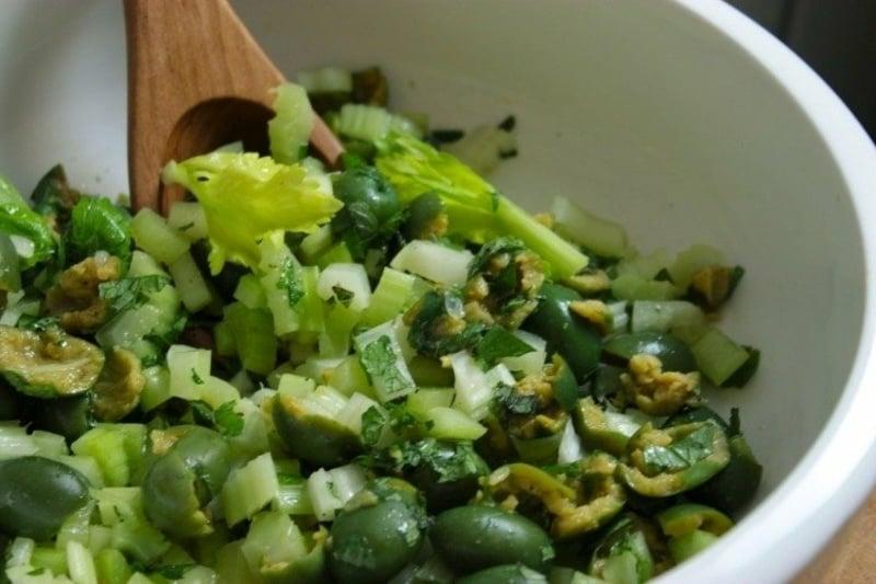 einfaches Essen für heiße Tage grüner Salat Sellerie Minze Oliven