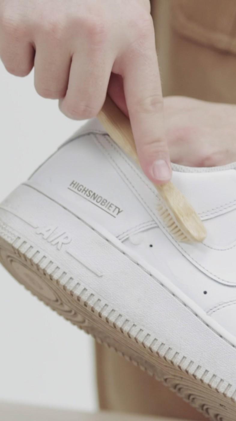 Weiße Sneakers reinigen - So bekommen die trendigen Lieblingsschuhe wieder blitzblank
