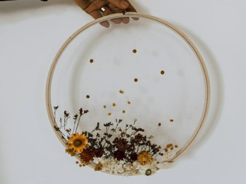 DIY Stickrahmen Deko mit Wiesenblumen
