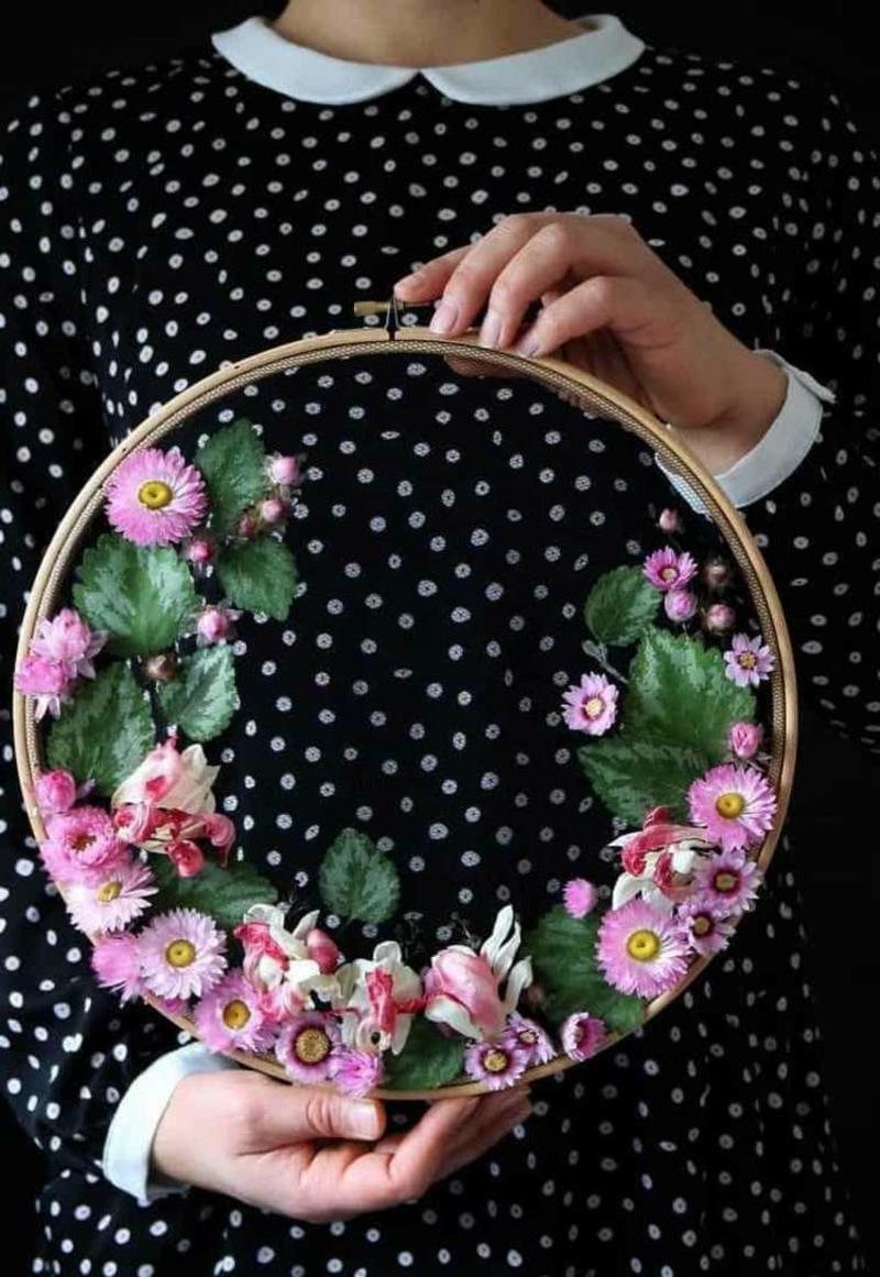 Stickrahmen dekorieren mit frischen Blumen