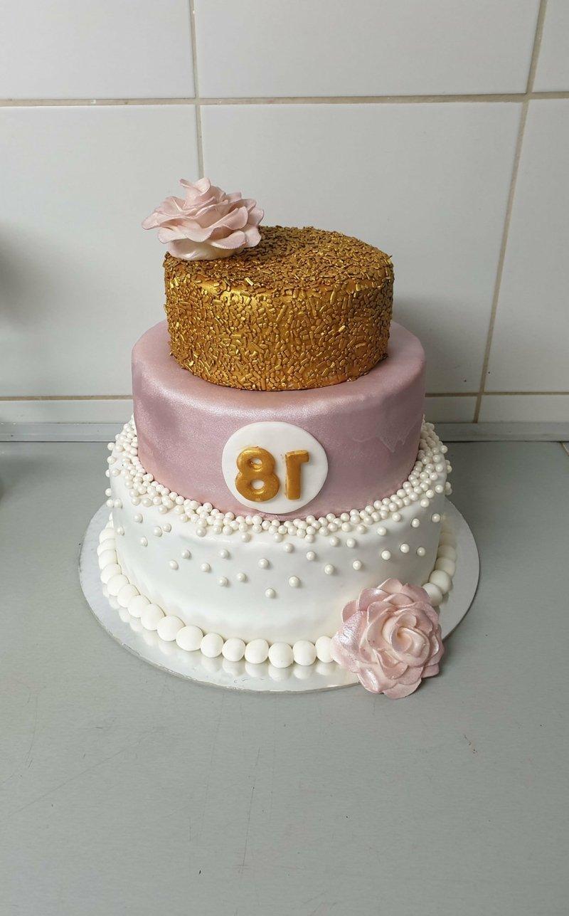 Torte stilvoll dekorieren Mädchen
