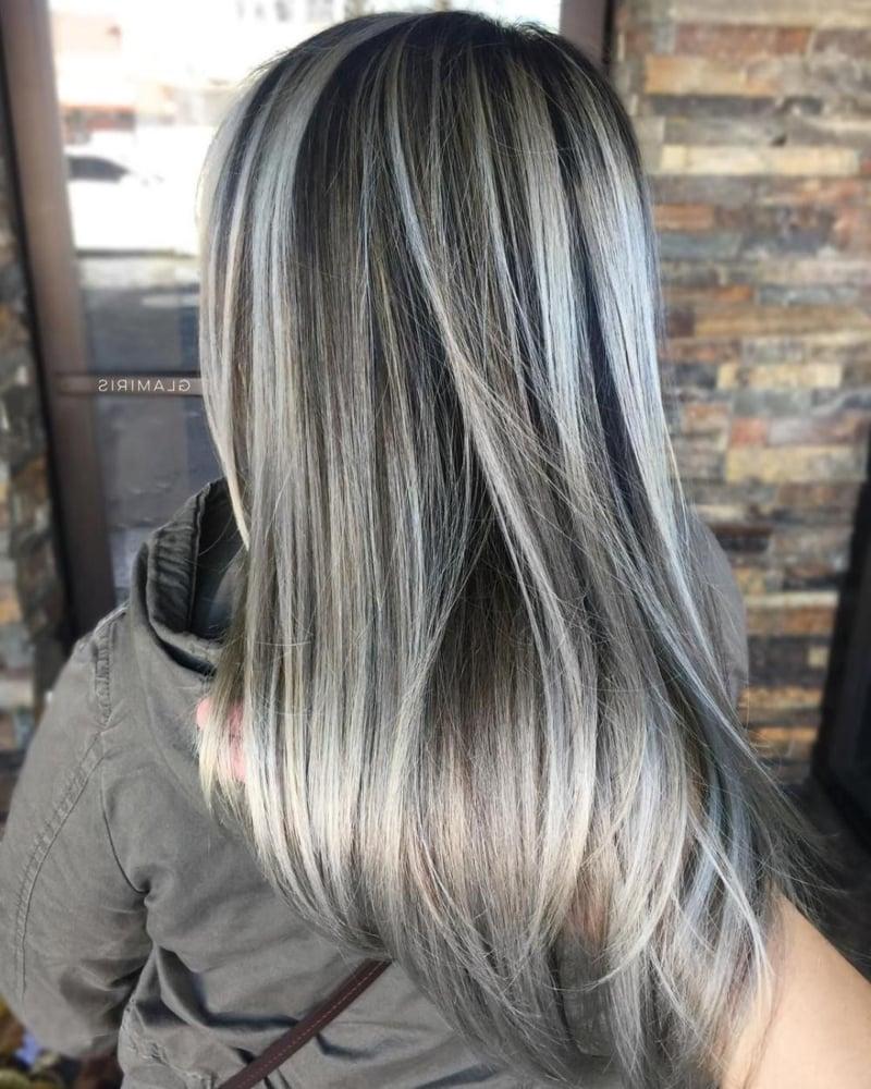 Graue Haare mit Strähnchen aufpeppen
