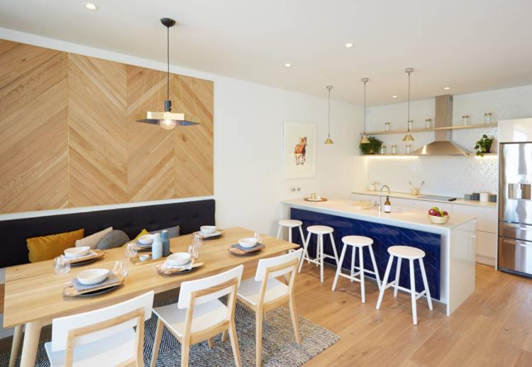 offene Küche mit Bartheke und Essbereich