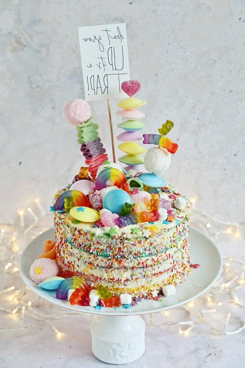 Geburtstagskuchen in Regenbogenfarben
