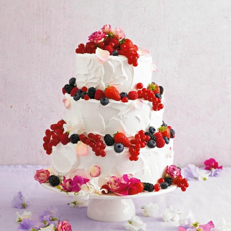 Geburtstagskuchen mit frischen Früchten