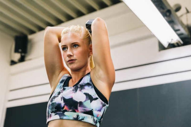 Trizeps Training für Frauen Übungen mit Gewichtheben