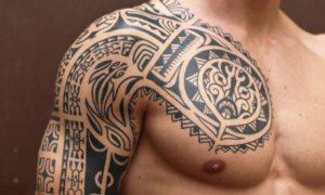 sich einen Sleeve Tattoo stechen lassen Tribal Motive