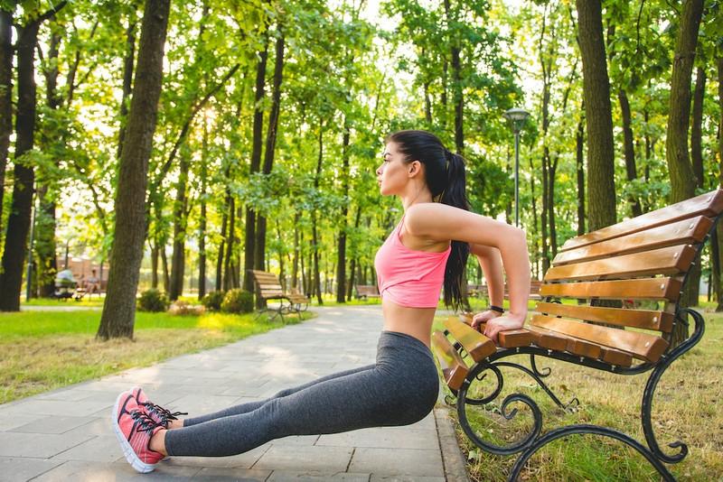 Trizeps Training für Frauen draußen machen